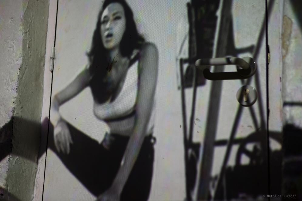 """video-projection sur la porte du ss-sol des """"Souffleurs"""""""
